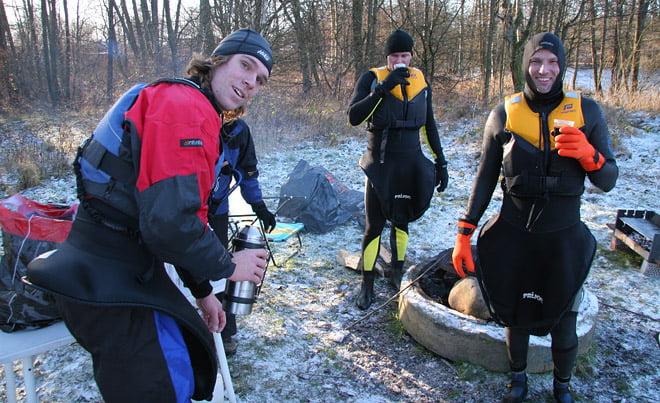 Alex från Eskapader och två nya forsbadare... Kolla in handskarna!!